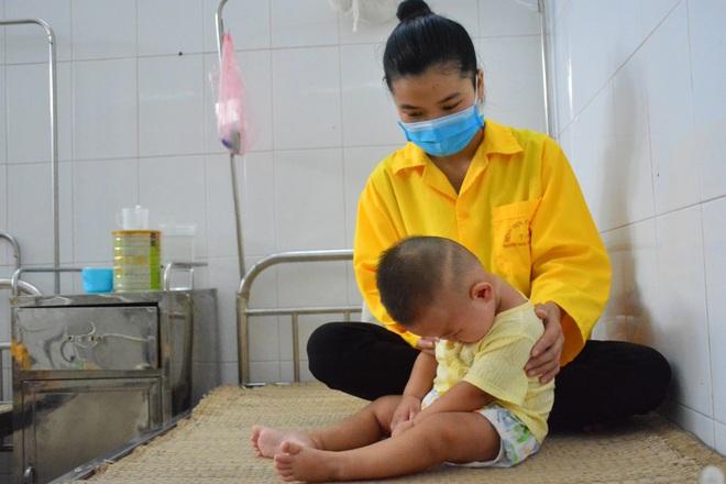 Xót xa cảnh bé gái nằm liệt sau một lần lên cơn sốt cao - 5