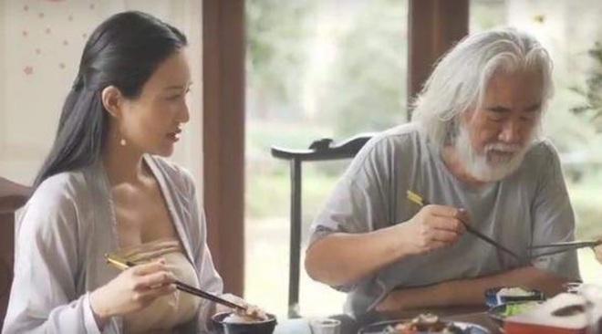Ở tuổi 70, đạo diễn phim võ hiệp Trương Kỷ Trung mừng con gái tròn một tuổi - 13