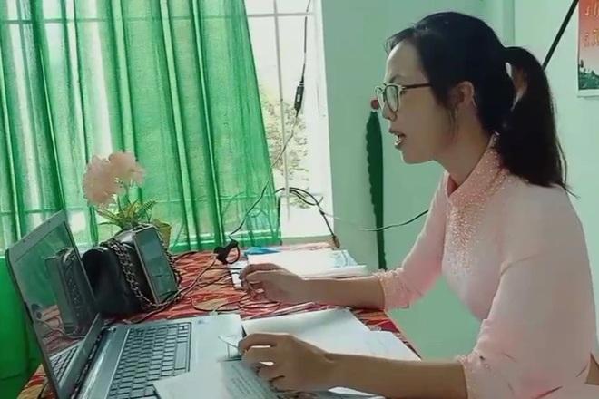 Học sinh không có máy tính học trực tuyến, giáo viên đến nhà giao bài tập - 1