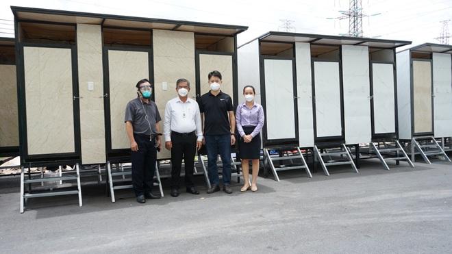Chuyện những người trắng đêm lắp nhà vệ sinh khử khuẩn cho khu cách ly  - 1