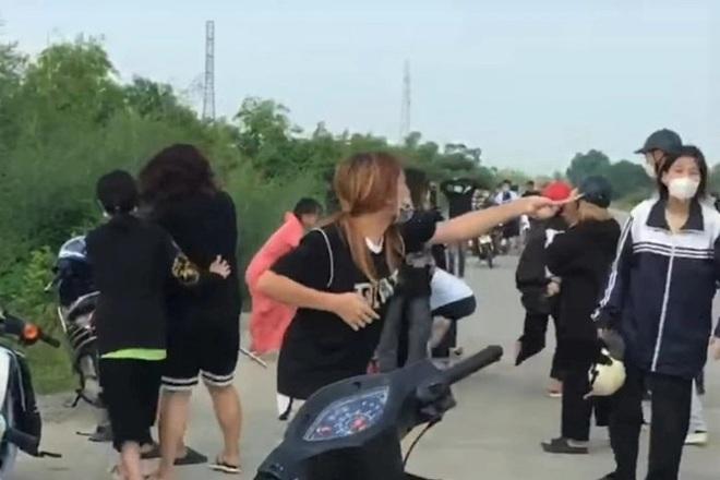 Hai nhóm nữ sinh mang túyp sắt, gậy gộc hỗn chiến như trong phim - 3