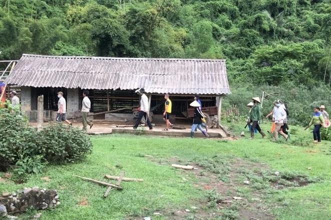 Một hộ dân bị nhiều người cùng xóm dỡ hàng rào, ùa vào chặt phá vườn cây - 1