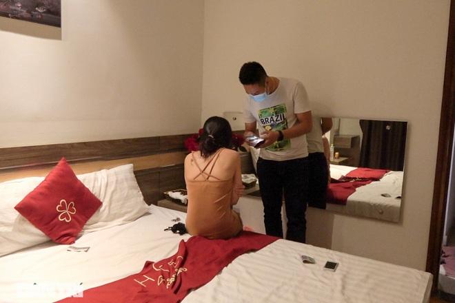 Theo chân Cảnh sát Hà Nội truy quét loạt tụ điểm mại dâm trong vùng 1 - 1
