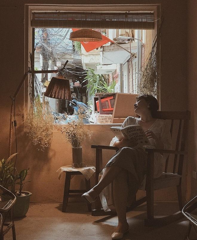 Vợ chồng kiến trúc sư trẻ biến tập thể cũ thành quán cà phê sơn tường đất - 10