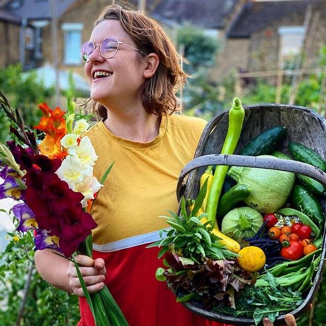 Cô gái trẻ dùng côn trùng có lợi diệt sâu hại ở khu vườn ngập rau trái - 1