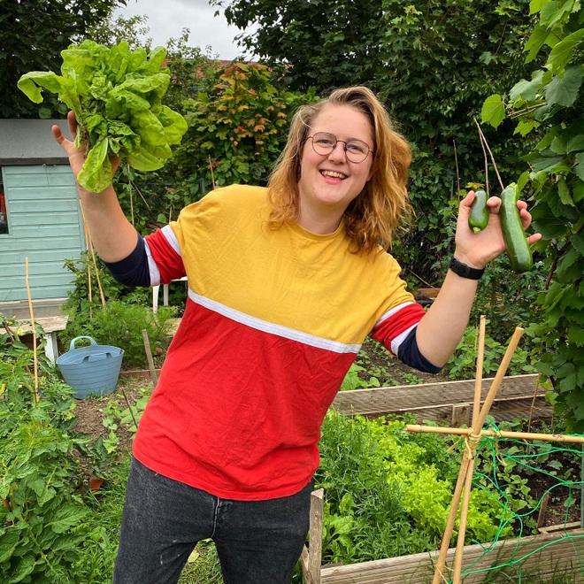 Cô gái trẻ dùng côn trùng có lợi diệt sâu hại ở khu vườn ngập rau trái - 13