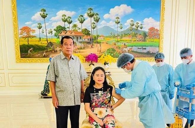 Thủ tướng Campuchia và phu nhân tiêm mũi vắc xin thứ 3 - 1