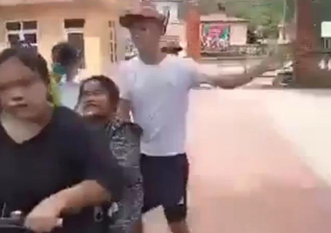 Phẫn nộ nữ sinh cấp 2 bị anh trai bạn tát, bắt quỳ gối ở sân trường - 1