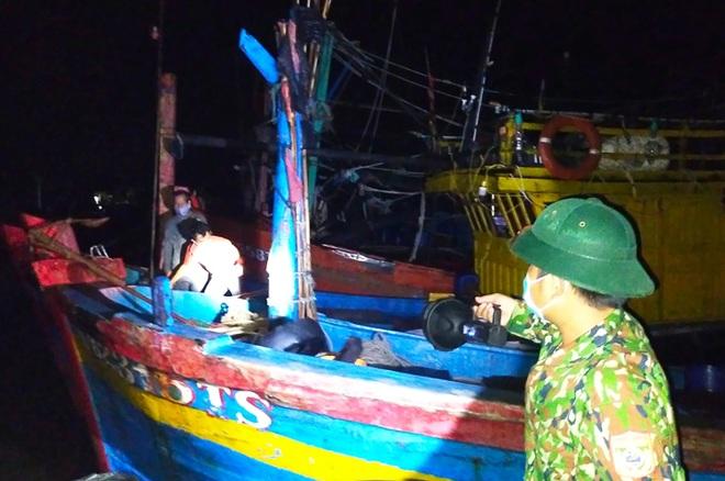 Bất chấp dịch Covid-19, ngư dân vùng cách ly xã hội vẫn lên tàu ra khơi - 1