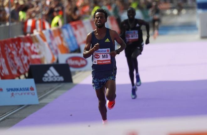 Vận động viên Marathon mất chức vô địch vì đi giày sai quy định - 2