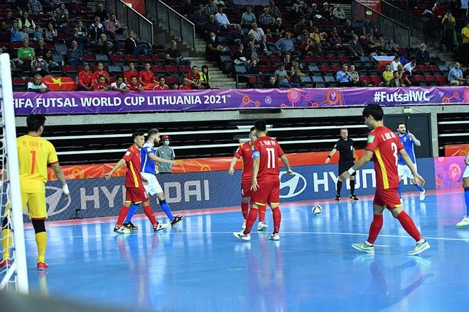 Thua đậm Brazil trận mở màn World Cup, HLV tuyển futsal Việt Nam nói gì? - 2
