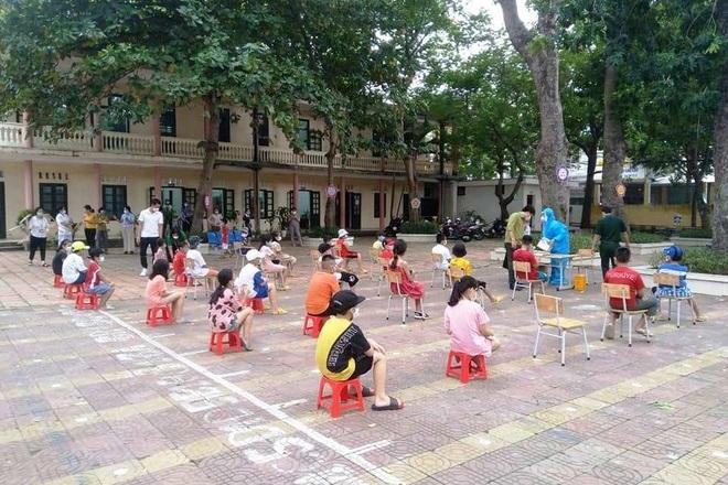 Tiến hành test nhanh cho học sinh 5 trường học trên địa bàn thành phố Sầm Sơn (Ảnh Công an thành phố Sầm Sơn).