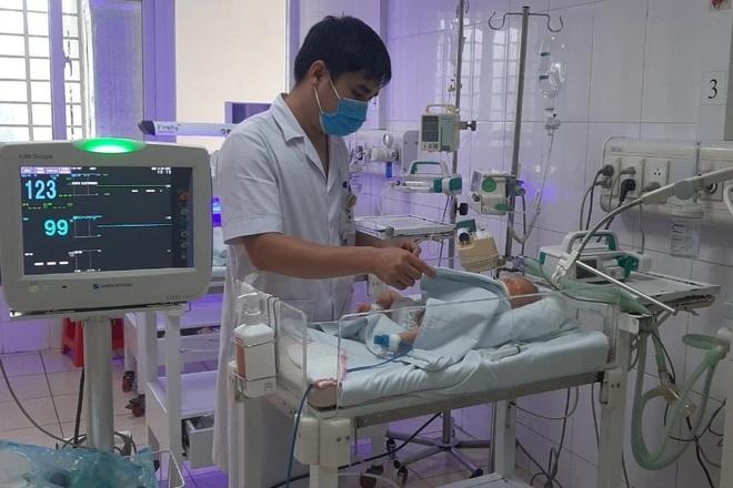 Cứu sống bé sơ sinh thủng tạng, ổ bụng ngập phân - 1