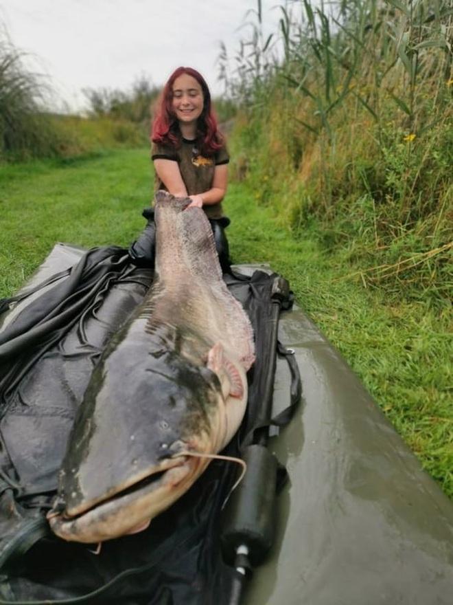 Cô gái 15 tuổi câu được cá trê khủng nặng hơn 45 kg - 1