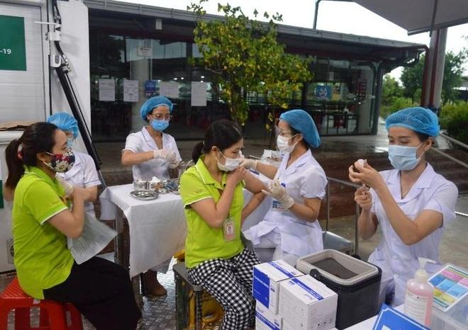 1.500 công nhân Thái Bình được tiêm vắc xin bằng xe lưu động - 1