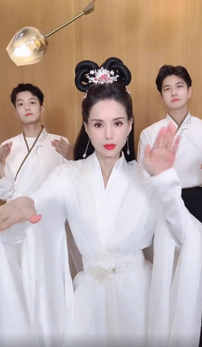 Cô Cô Lý Nhược Đồng mặc đồ cổ trang, nhảy múa gây sốt - 1
