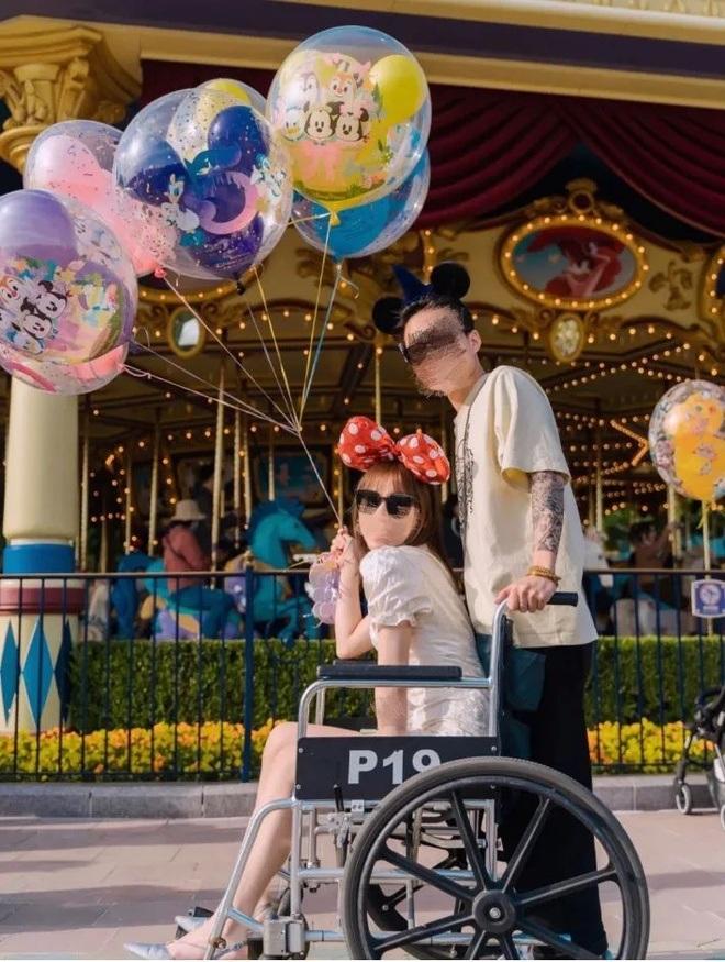 Lười đi bộ, du khách thuê... xe lăn để khám phá công viên giải trí - 3