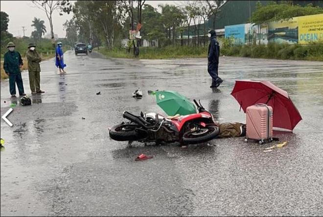 Hà Nội: Đôi nam nữ đi xe máy nghi bị sét đánh tử vong