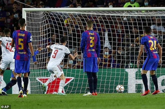 Muller và Lewandowski tỏa sáng, Bayern Munich thắng đậm Barcelona - 4