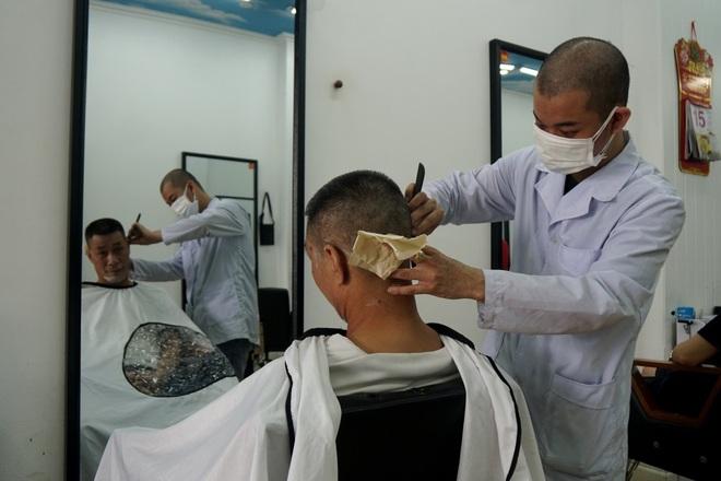 Người dân háo hức đi cắt tóc, ăn sáng sau nhiều ngày ở yên - 2