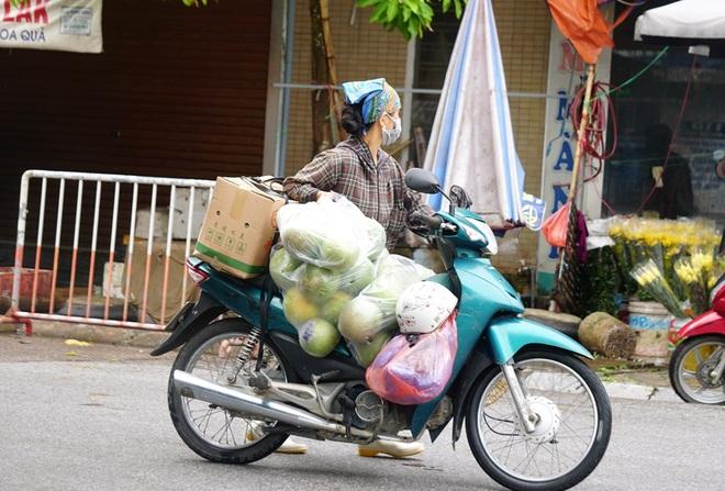 Người dân háo hức đi cắt tóc, ăn sáng sau nhiều ngày ở yên - 4