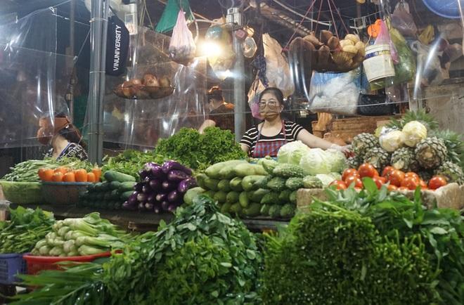 Hình ảnh ít thấy tại các chợ dân sinh sau thời gian nghỉ phòng Covid-19 - 10