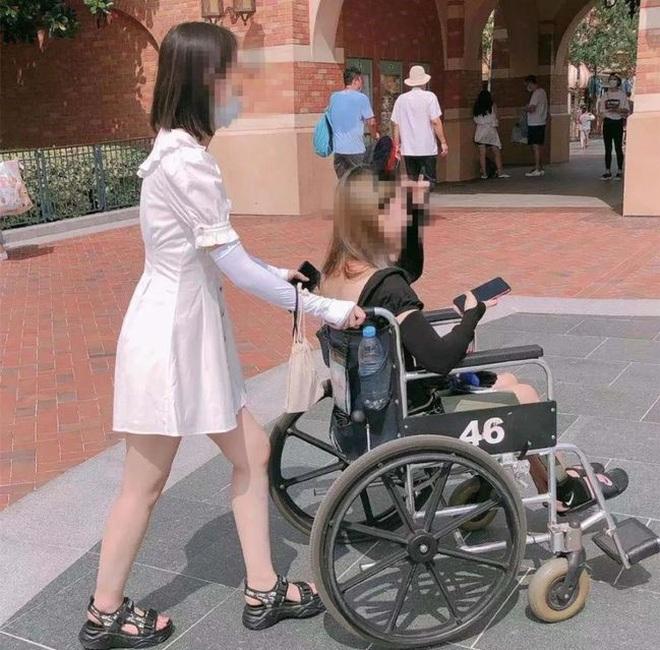 Lười đi bộ, du khách thuê... xe lăn để khám phá công viên giải trí - 4