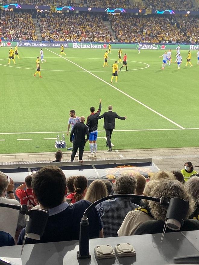 C.Ronaldo ra đường piste chỉ đạo cầu thủ Man Utd như… HLV trưởng - 1