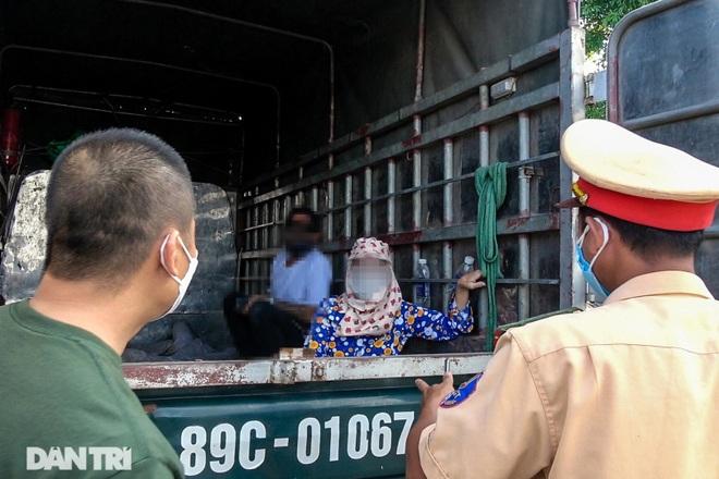 Khám phá thủ đoạn xe luồng xanh chở người thông chốt cửa ngõ Hà Nội - 3