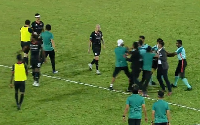 Cầu thủ Malaysia kung-fu đạp đối thủ, tấn công trọng tài - 2