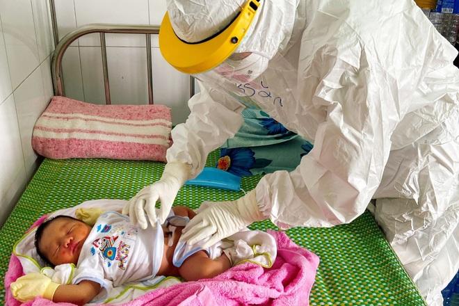 Bác sĩ gom từng giọt sữa giúp trẻ sơ sinh có mẹ F0 - 1