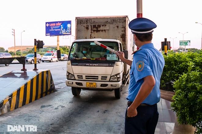 Khám phá thủ đoạn xe luồng xanh chở người thông chốt cửa ngõ Hà Nội - 4
