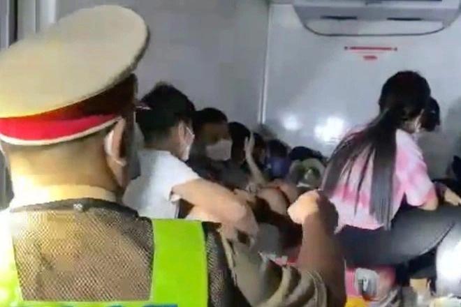 Hành trình cực chẳng đã của 8 công nhân chui thùng xe đông lạnh về quê - 1