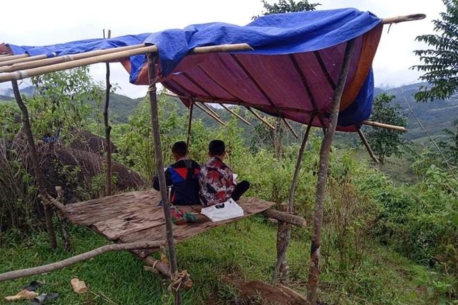 Học sinh HMông dựng chòi trên núi hứng sóng rơi học trực tuyến - 3