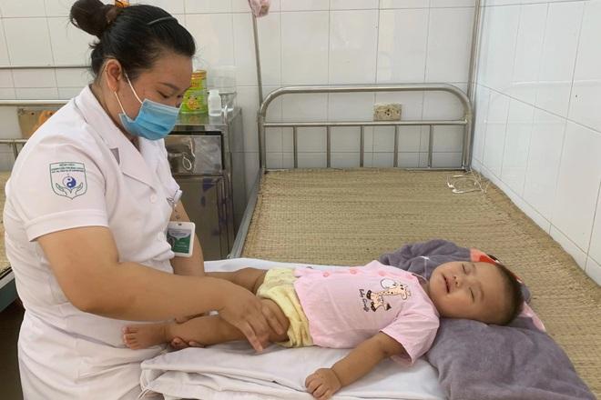 Xót xa cảnh bé gái nằm liệt sau một lần lên cơn sốt cao - 1