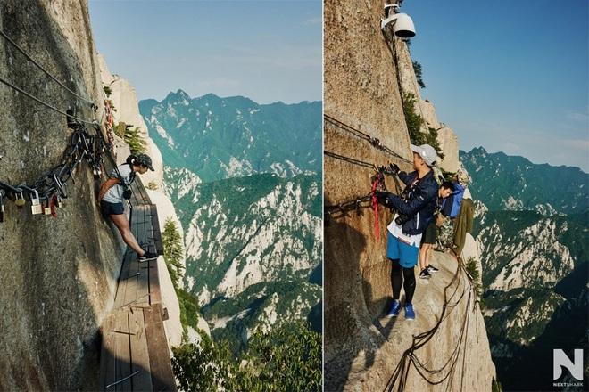 Du khách liều mình đi bộ trên tấm ván nhỏ ven ngọn núi cao hơn 2000 m - 3