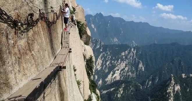 Du khách liều mình đi bộ trên tấm ván nhỏ ven ngọn núi cao hơn 2000 m - 2
