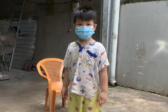 Mã số 4231: Mẹ mất vì Covid-19, cậu bé 5 tuổi không nhà khóc hàng đêm - 1
