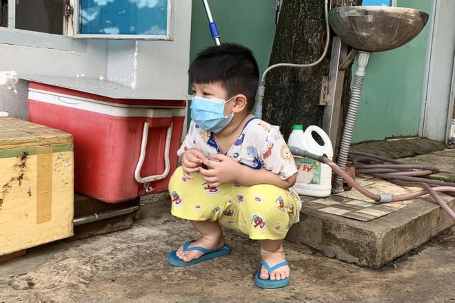 Mã số 4231: Mẹ mất vì Covid-19, cậu bé 5 tuổi không nhà khóc hàng đêm - 3