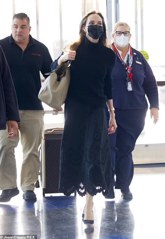 Angelina Jolie mặc đồ đen giản dị vẫn đẹp nổi bật ngoài sân bay - 1