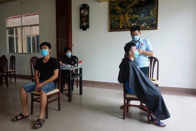 Tình nguyện viên trở thành thợ tóc bất đắc dĩ, cắt đẹp miễn chê - 1