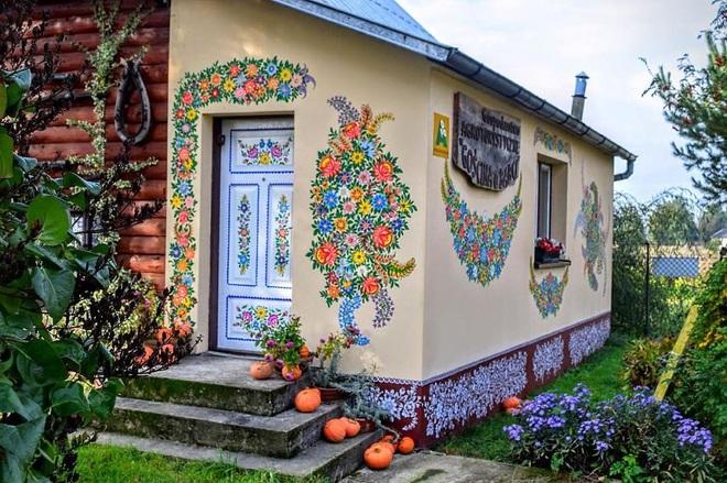 Ngôi làng rực rỡ màu sắc, hoa nở suốt ngày đêm ở Ba Lan - 9