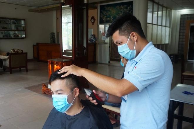 Tình nguyện viên trở thành thợ tóc bất đắc dĩ, cắt đẹp miễn chê - 2