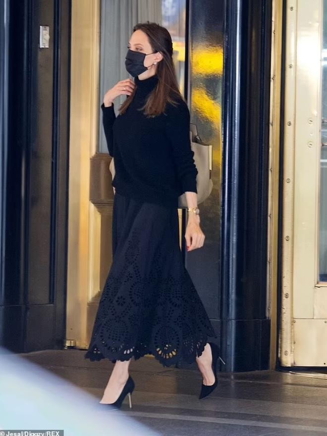 Angelina Jolie mặc đồ đen giản dị vẫn đẹp nổi bật ngoài sân bay - 3