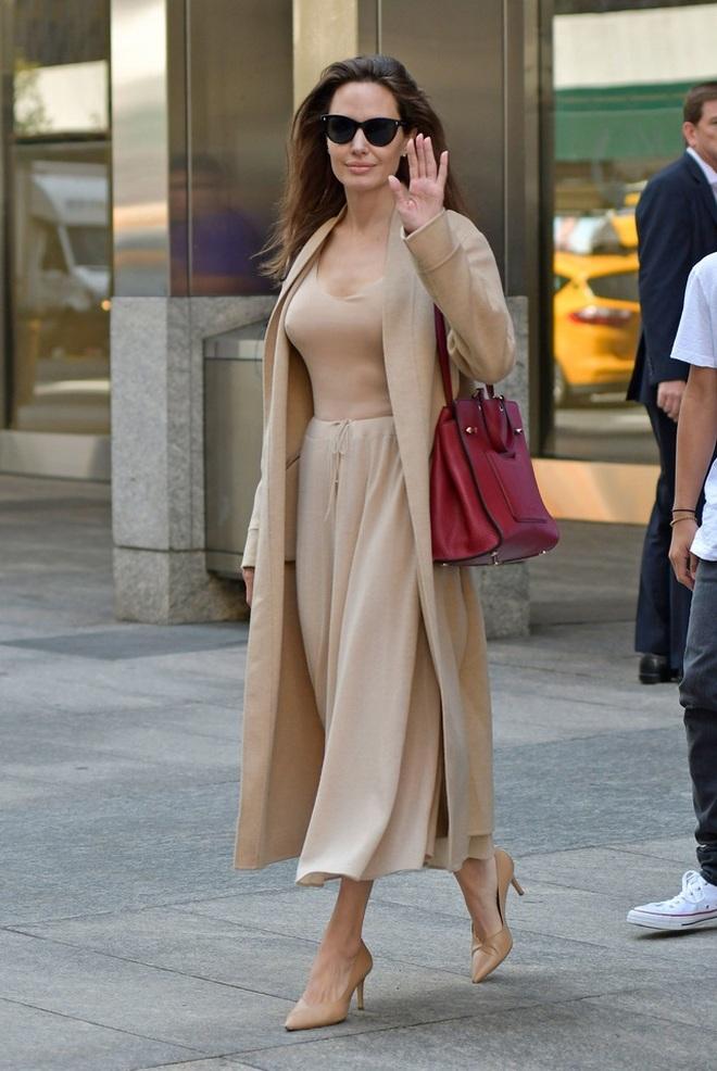Angelina Jolie mặc đồ đen giản dị vẫn đẹp nổi bật ngoài sân bay - 6