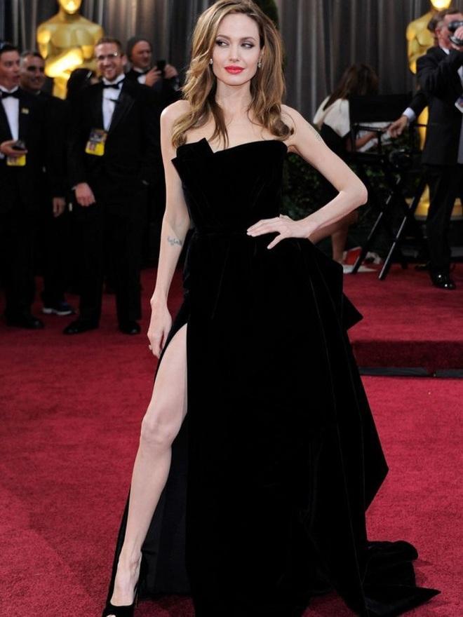 Angelina Jolie mặc đồ đen giản dị vẫn đẹp nổi bật ngoài sân bay - 7