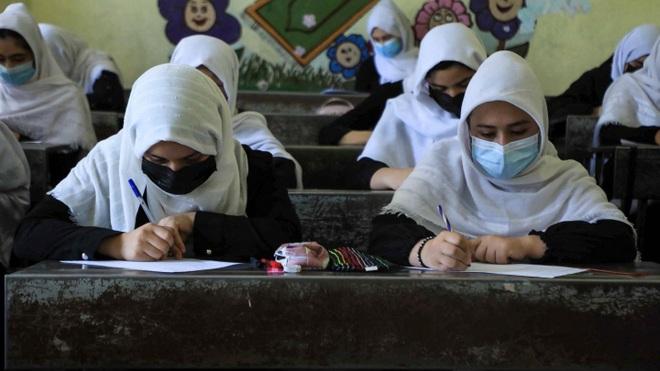 Taliban cấm nữ giới học trung học - 1
