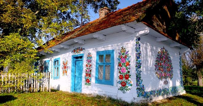 Ngôi làng rực rỡ màu sắc, hoa nở suốt ngày đêm ở Ba Lan - 4