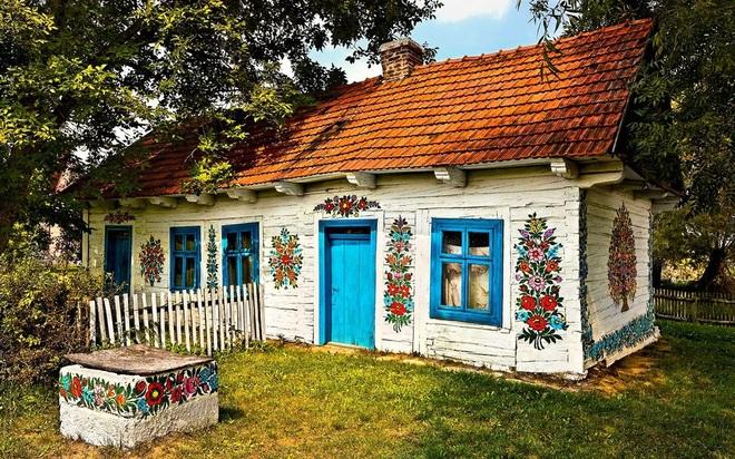 Ngôi làng rực rỡ màu sắc, hoa nở suốt ngày đêm ở Ba Lan - 1