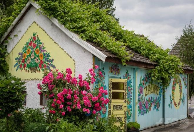 Ngôi làng rực rỡ màu sắc, hoa nở suốt ngày đêm ở Ba Lan - 3